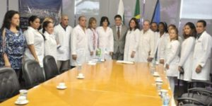 O prefeito Marcelo Rangel e médicos cubanos, na cerimónia em que Ponta Grossa recebeu os 60 médicos cubanos do Programa Mais Médicos.