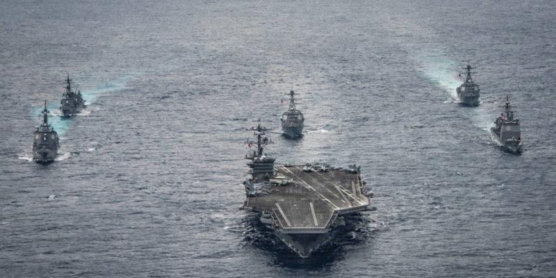 """Grupo de Ataque: un portaaviones de propulsión nuclear, un crucero """"guardaespaldas"""" y cuatro fragatas. Tiene capacidad para aviones de combate y helicópteros. Le protegen también dos submarinos nucleares de situación desconocida. Con frecuencia le acompaña o se integra en él un buque de transporte y de operaciones de desembarco de Infantería de Marina"""