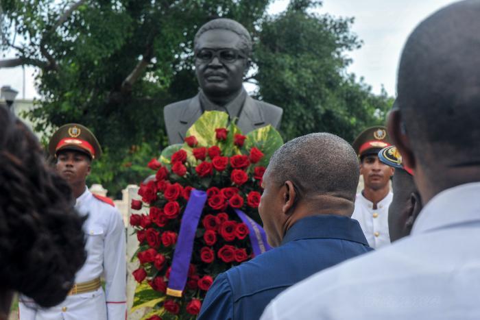 Imagen da cerimónia protagonizada pelo Presidente da República de Angola, João Lourenço, depondo em memória e homenagem uma coroa de flores junto ao busto de Agostinho Neto na praça dos Heróis Africanos, em Havana, Cuba, no início da visita de estado que levou a cabo naquele país irmão.